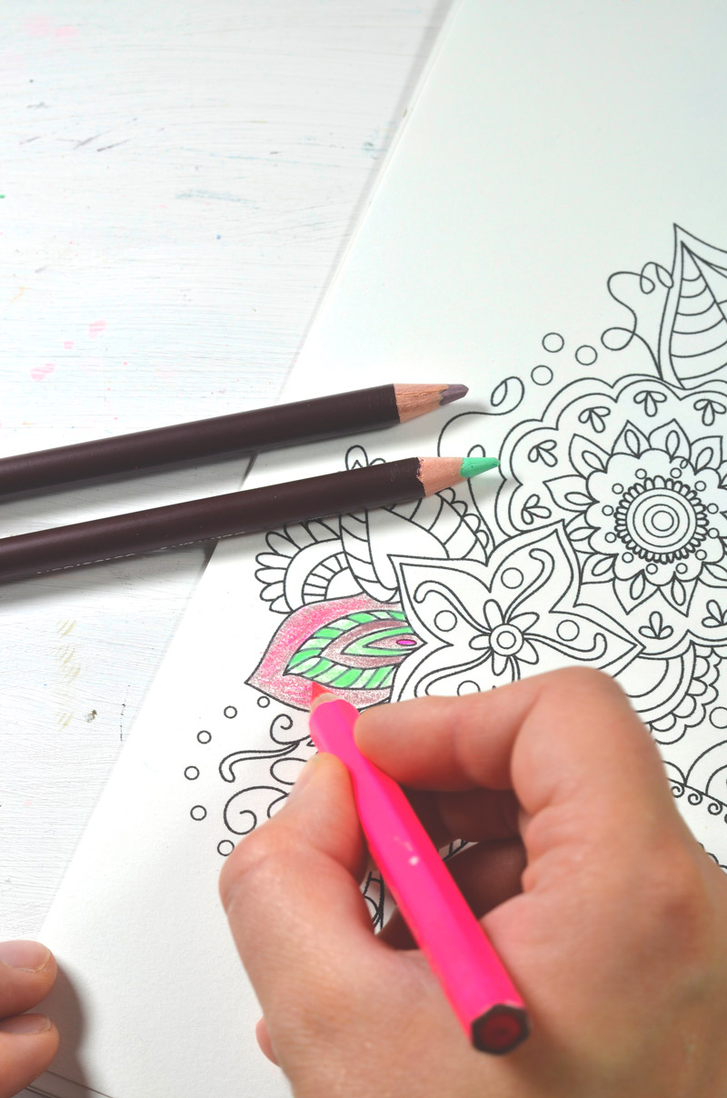 Coloring with colored pencils • Bloknote.nl